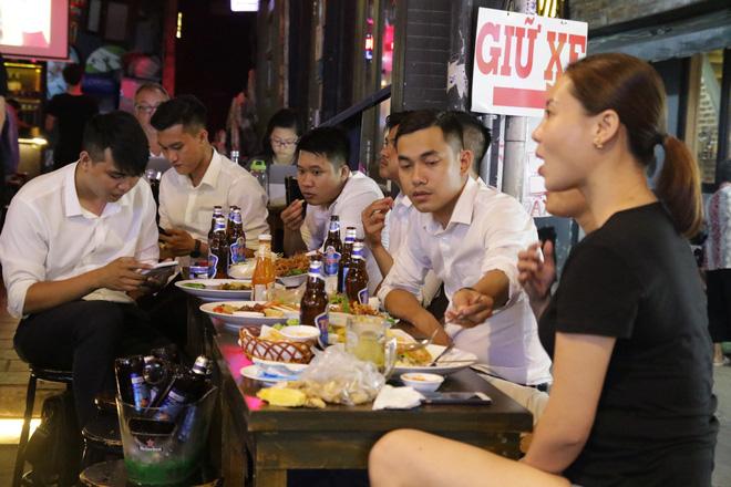 Người nước ngoài uống bia cổ vũ cho U23 Việt Nam ở Sài Gòn 3
