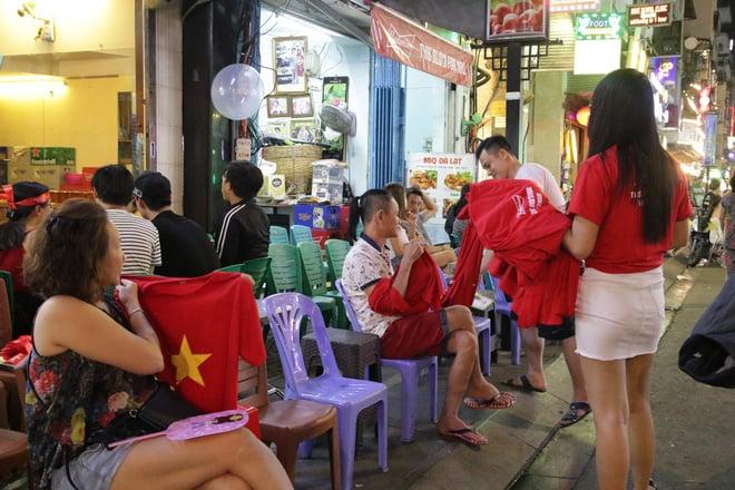 Người nước ngoài uống bia cổ vũ cho U23 Việt Nam ở Sài Gòn 11