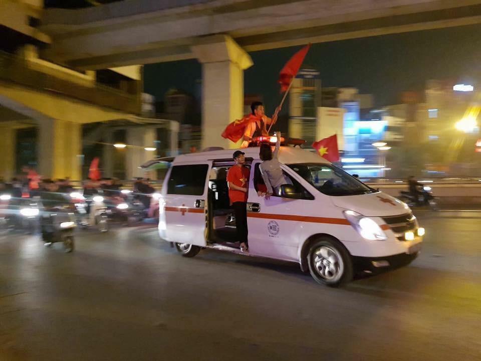 Ảnh: Cùng nhìn lại những màn ăn mừng cực chất từ các cổ động viên cả nước sau chiến thắng lịch sử của tuyển Olympic Việt Nam 7