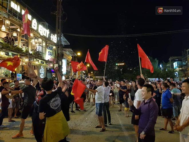 Việt Nam chiến thắng, hàng triệu người nhuộm đỏ đường phố, CĐV quá khích đốt pháo sáng 10
