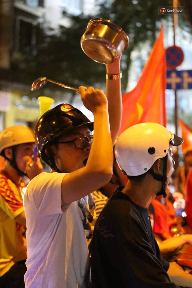 Ảnh: Cùng nhìn lại những màn ăn mừng cực chất từ các cổ động viên cả nước sau chiến thắng lịch sử của tuyển Olympic Việt Nam 2