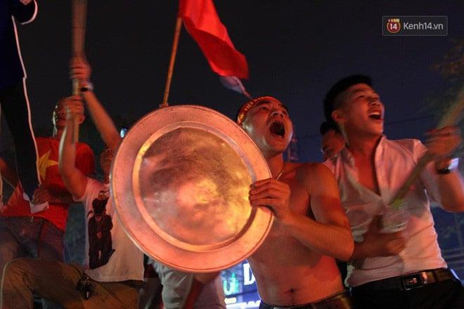 Ảnh: Cùng nhìn lại những màn ăn mừng cực chất từ các cổ động viên cả nước sau chiến thắng lịch sử của tuyển Olympic Việt Nam 1