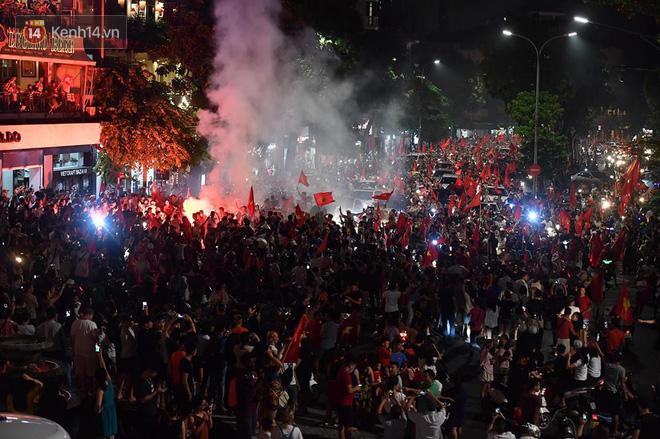 Việt Nam chiến thắng, hàng triệu người nhuộm đỏ đường phố, CĐV quá khích đốt pháo sáng 1