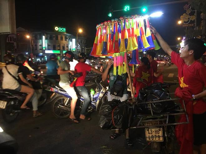 Việt Nam chiến thắng, hàng triệu người nhuộm đỏ đường phố, CĐV quá khích đốt pháo sáng 11
