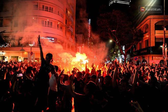 Việt Nam chiến thắng, hàng triệu người nhuộm đỏ đường phố, CĐV quá khích đốt pháo sáng 9