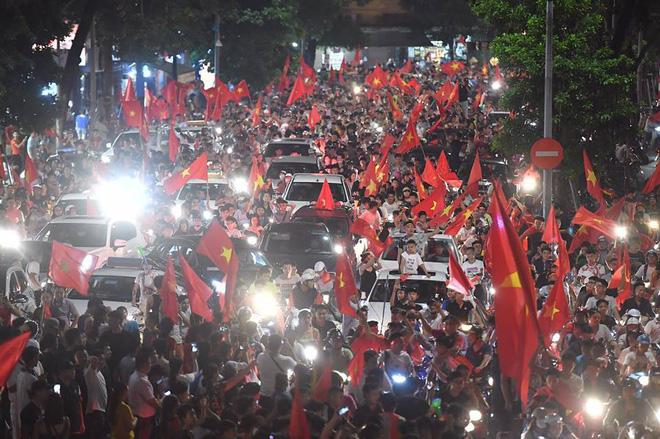 Việt Nam chiến thắng, hàng triệu người nhuộm đỏ đường phố, CĐV quá khích đốt pháo sáng 3