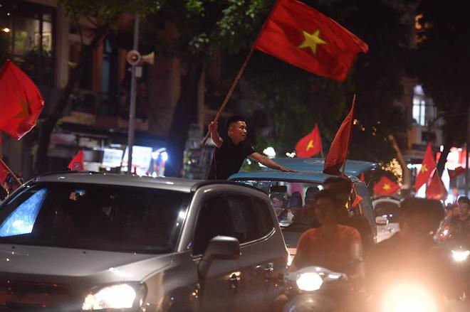 Việt Nam chiến thắng, hàng triệu người nhuộm đỏ đường phố, CĐV quá khích đốt pháo sáng 5