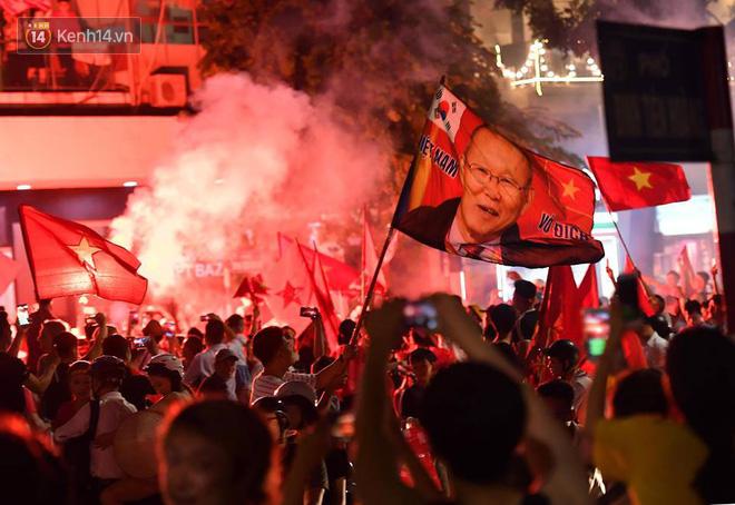 Việt Nam chiến thắng, hàng triệu người nhuộm đỏ đường phố, CĐV quá khích đốt pháo sáng 2