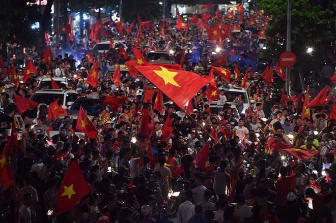 Việt Nam chiến thắng, hàng triệu người nhuộm đỏ đường phố, CĐV quá khích đốt pháo sáng 7