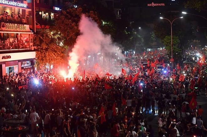 Việt Nam chiến thắng, hàng triệu người nhuộm đỏ đường phố, CĐV quá khích đốt pháo sáng 6