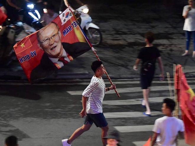 Việt Nam chiến thắng, hàng triệu người nhuộm đỏ đường phố, CĐV quá khích đốt pháo sáng 8