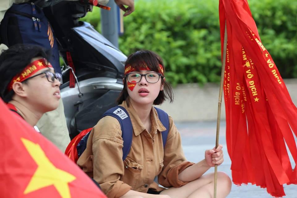 Các cô gái Sài Gòn mặc áo dài, mang cờ đỏ đi cổ vũ tuyển U23 Việt Nam 1