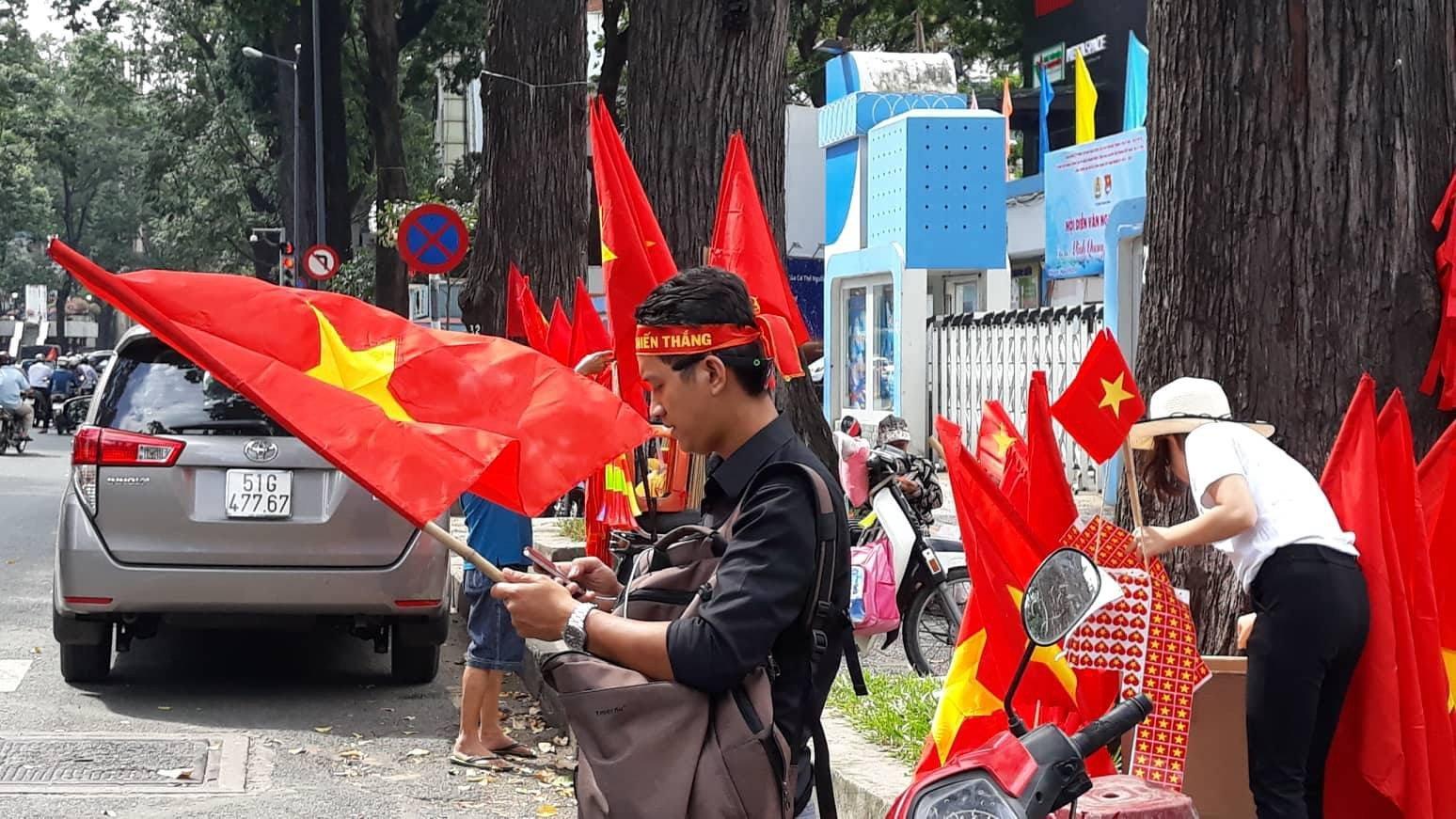 Các cô gái Sài Gòn mặc áo dài, mang cờ đỏ đi cổ vũ tuyển U23 Việt Nam 4