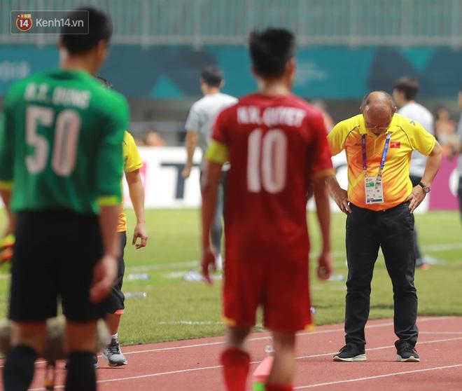 HLV Park Hang Seo cúi đầu giấu nỗi buồn sau trận thua Hàn Quốc 2