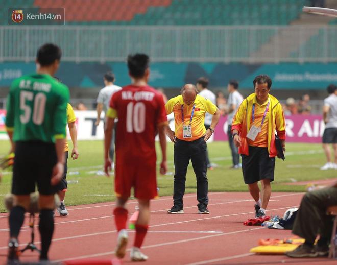 HLV Park Hang Seo cúi đầu giấu nỗi buồn sau trận thua Hàn Quốc 1