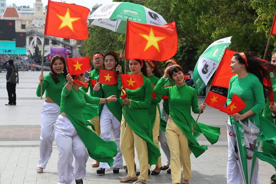 Các cô gái Sài Gòn mặc áo dài, mang cờ đỏ đi cổ vũ tuyển U23 Việt Nam 6