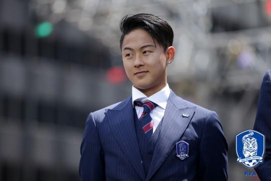Cầu thủ lập cú đúp cho Olympic Hàn Quốc: Điển trai như Idol và được gọi là