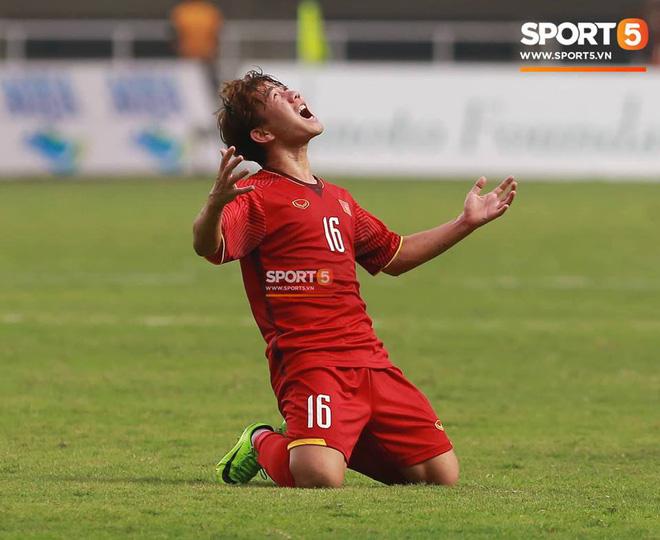 Bàn tay nắm chặt của Văn Quyết và những biểu cảm khiến CĐV nhớ mãi về U23 Việt Nam 2