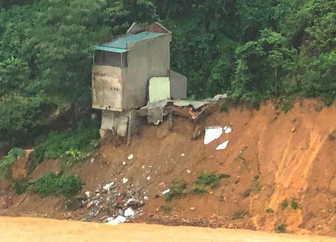 Mưa lớn khiến nhà 2 tầng đổ sập rơi xuống sông Lò 1