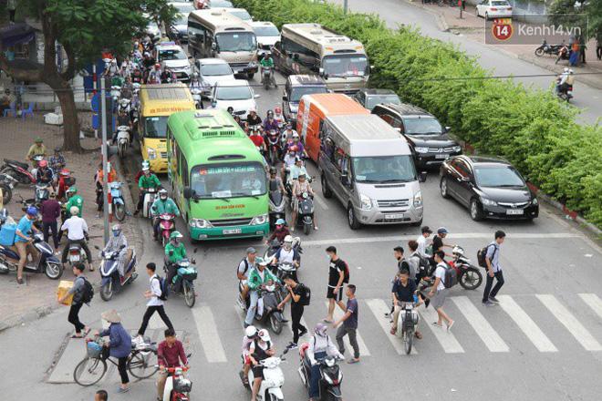 Người dân ùn ùn rời thành phố về quê nghỉ lễ 2/9, nhiều tuyến đường kẹt cứng 21