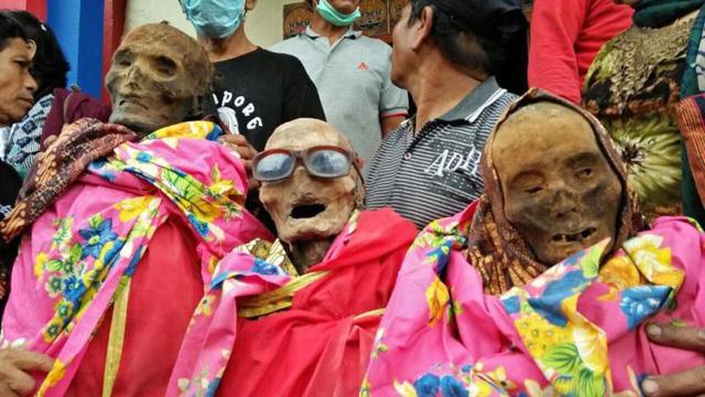 Lạ kỳ phong tục xem xác chết diễu hành ở Indonesia 1