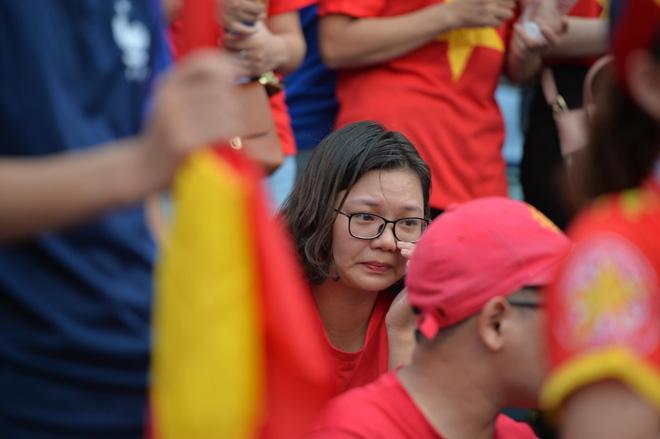 Nhiều cổ động viên nữ bật khóc khi Olympic Việt Nam hụt huy chương đồng 5