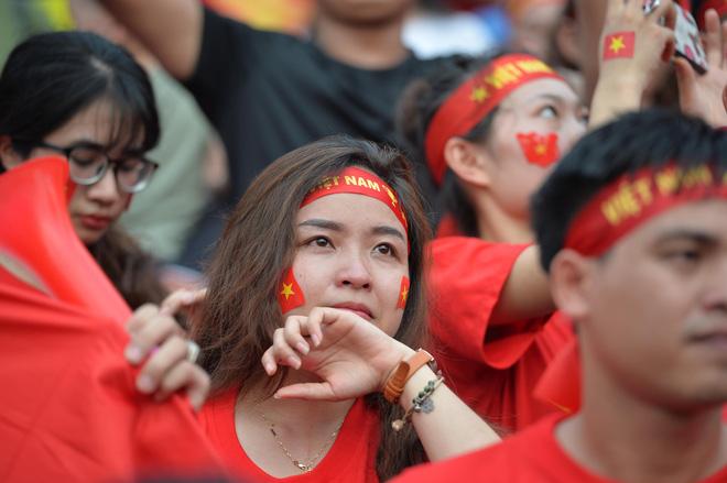 Nhiều cổ động viên nữ bật khóc khi Olympic Việt Nam hụt huy chương đồng 6