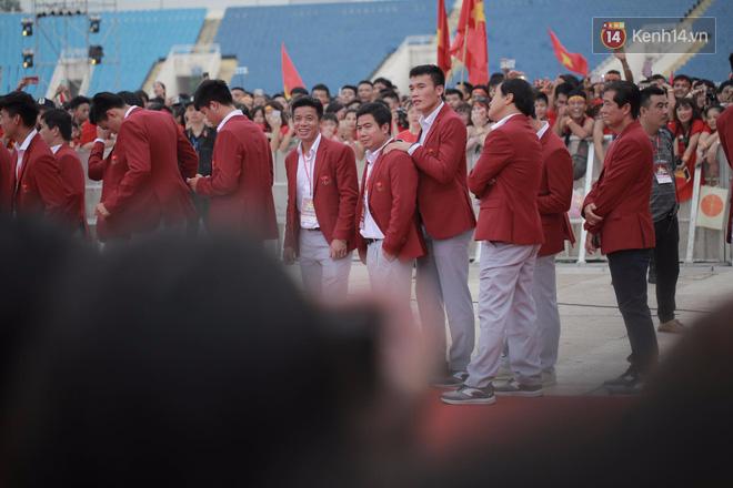 Ảnh: Các cầu thủ Olympic Việt Nam xuống sân Mỹ Đình tham dự lễ vinh danh trong sự reo hò của hàng ngàn người hâm mộ 19