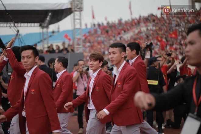 Ảnh: Các cầu thủ Olympic Việt Nam xuống sân Mỹ Đình tham dự lễ vinh danh trong sự reo hò của hàng ngàn người hâm mộ 9
