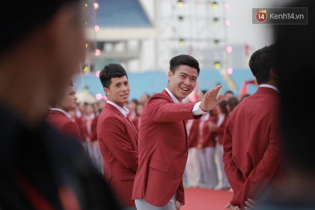 Ảnh: Các cầu thủ Olympic Việt Nam xuống sân Mỹ Đình tham dự lễ vinh danh trong sự reo hò của hàng ngàn người hâm mộ 5