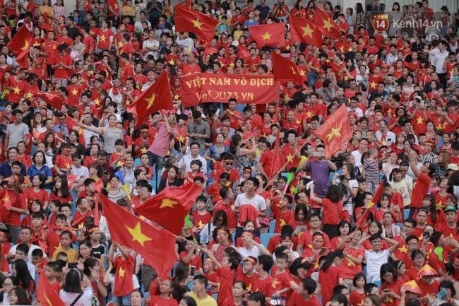 Ảnh: Các cầu thủ Olympic Việt Nam xuống sân Mỹ Đình tham dự lễ vinh danh trong sự reo hò của hàng ngàn người hâm mộ 1