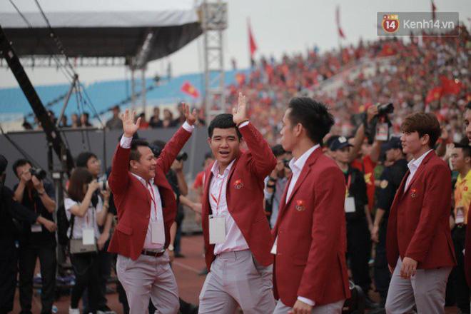 Ảnh: Các cầu thủ Olympic Việt Nam xuống sân Mỹ Đình tham dự lễ vinh danh trong sự reo hò của hàng ngàn người hâm mộ 7