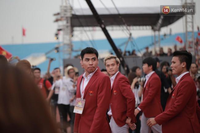 Ảnh: Các cầu thủ Olympic Việt Nam xuống sân Mỹ Đình tham dự lễ vinh danh trong sự reo hò của hàng ngàn người hâm mộ 6