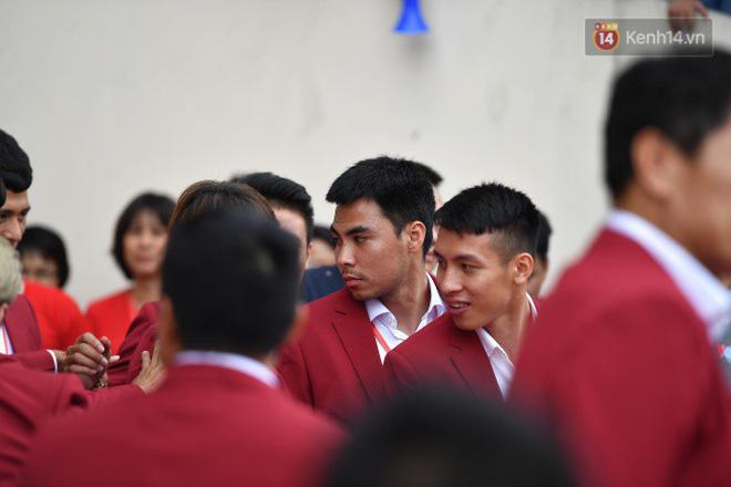 Ảnh: Các cầu thủ Olympic Việt Nam xuống sân Mỹ Đình tham dự lễ vinh danh trong sự reo hò của hàng ngàn người hâm mộ 13