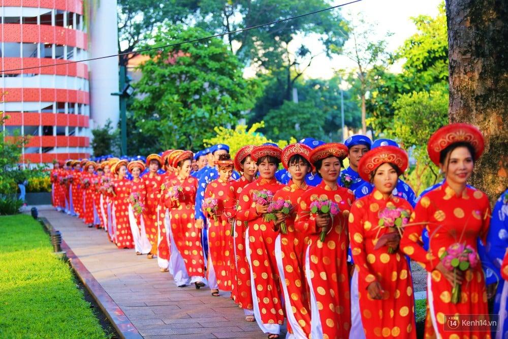 Lãng mạn 100 chú rể đạp xe chở cô dâu vi vu trên đường trung tâm Sài Gòn trong ngày Quốc khánh 2/9 8