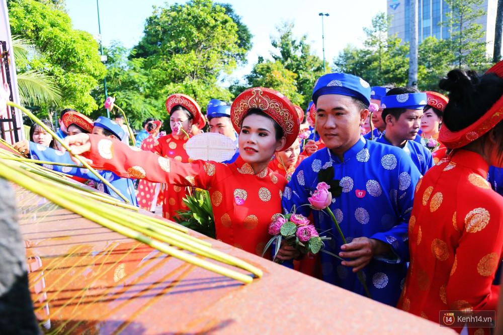Lãng mạn 100 chú rể đạp xe chở cô dâu vi vu trên đường trung tâm Sài Gòn trong ngày Quốc khánh 2/9 10