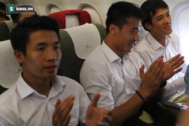 U23 Việt Nam nhận món quà đặc biệt trên chuyến bay về nước 1