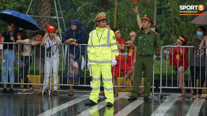 Người hâm mộ huy động cả xe kéo để chào đón Đoàn thể thao Việt Nam về nước 9