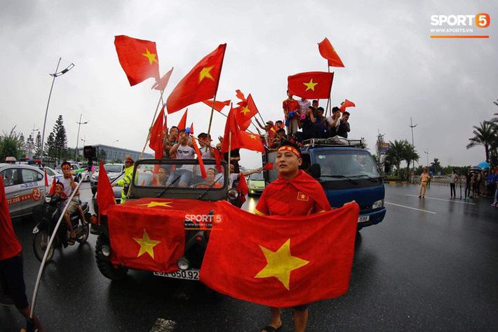 Người hâm mộ huy động cả xe kéo để chào đón Đoàn thể thao Việt Nam về nước 10