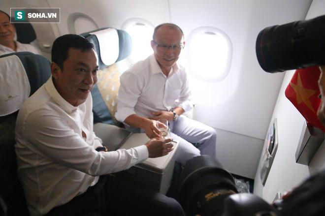 U23 Việt Nam nhận món quà đặc biệt trên chuyến bay về nước 7