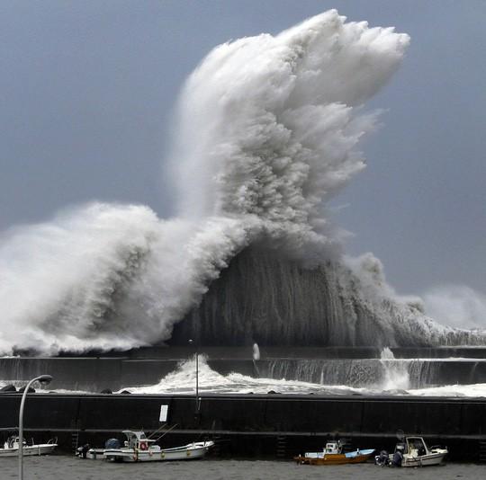 Siêu bão Jebi đổ bộ Nhật Bản, sức mạnh khủng khiếp như trong phim tận thế 2