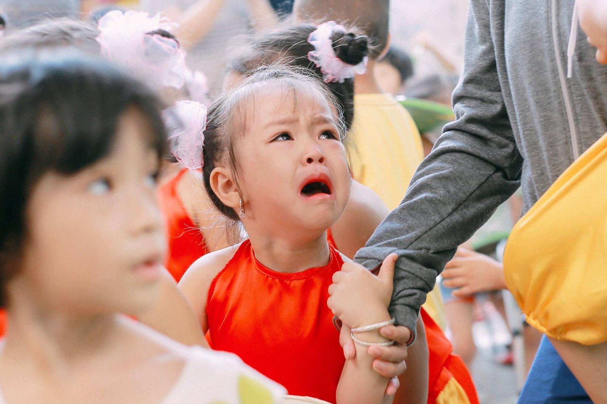 Chùm ảnh: Giọt nước mắt bỡ ngỡ và những biểu cảm khó đỡ của các em nhỏ trong ngày khai giảng 5