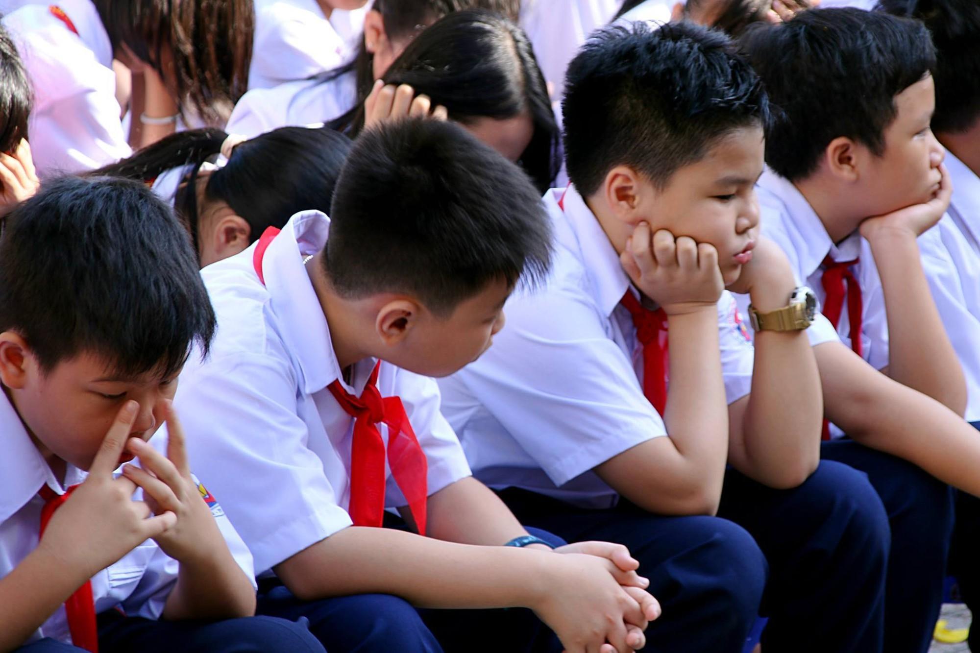 Chùm ảnh: Giọt nước mắt bỡ ngỡ và những biểu cảm khó đỡ của các em nhỏ trong ngày khai giảng 9