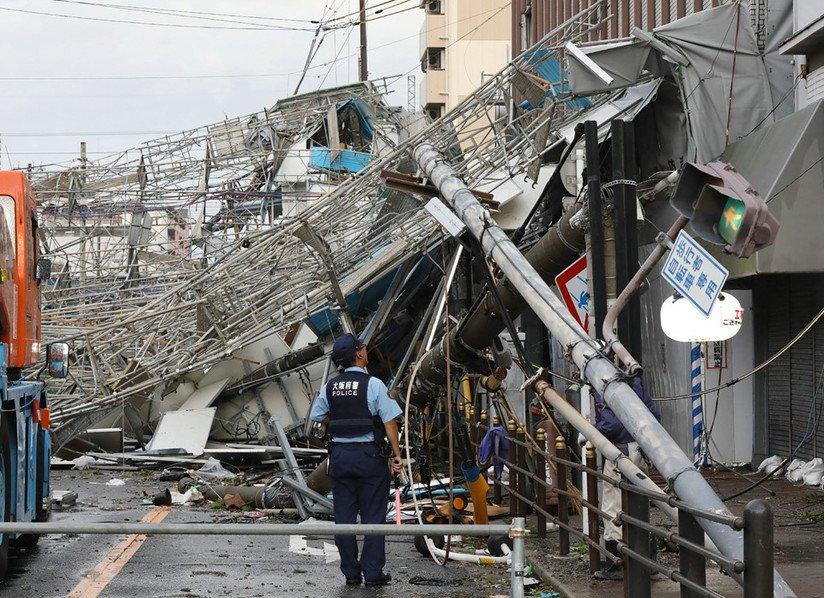 Kinh hoàng hình ảnh siêu bão Jebi thổi bay xe tải trên đường ở Nhật Bản 2