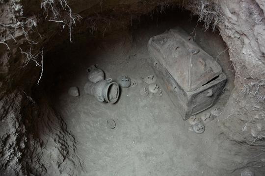 Ô tô bất ngờ sụt hố, lọt vào mộ cổ 3.400 năm trước 1