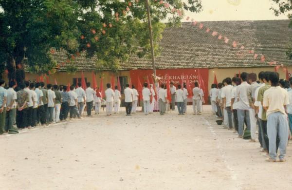 Chùm ảnh lễ khai giảng của thế hệ 7x, 8x: Còn ai nhớ về 1 thời quần vải xanh, áo trắng, khăn quàng đỏ, mũ ca lô? - Ảnh 4.