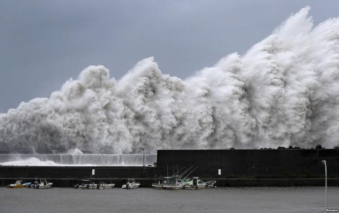 24h qua ảnh: Sóng biển