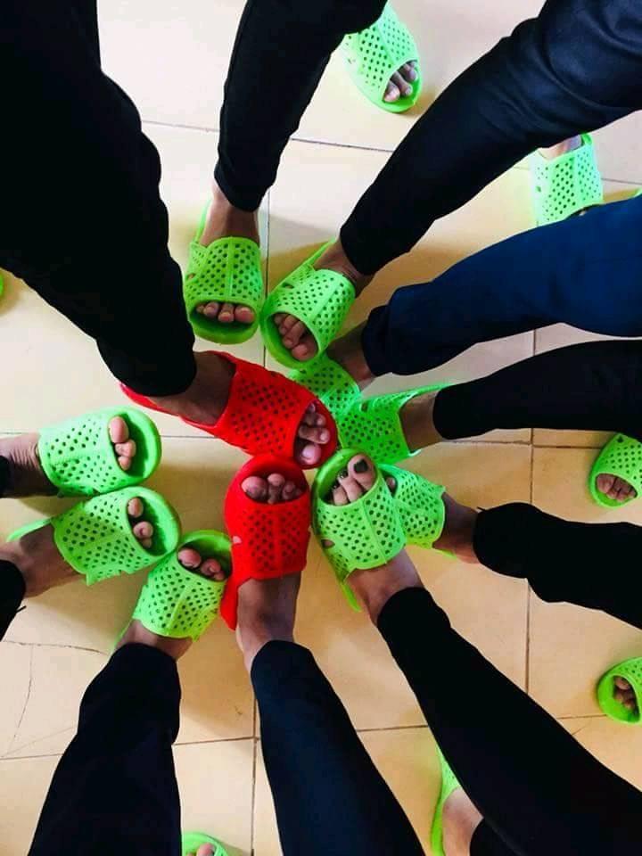 Bức ảnh chất nhất hôm nay: Khoe áo lớp xưa rồi, bây giờ trường người ta đã nâng tầm giày hiệu thế này cơ! 9