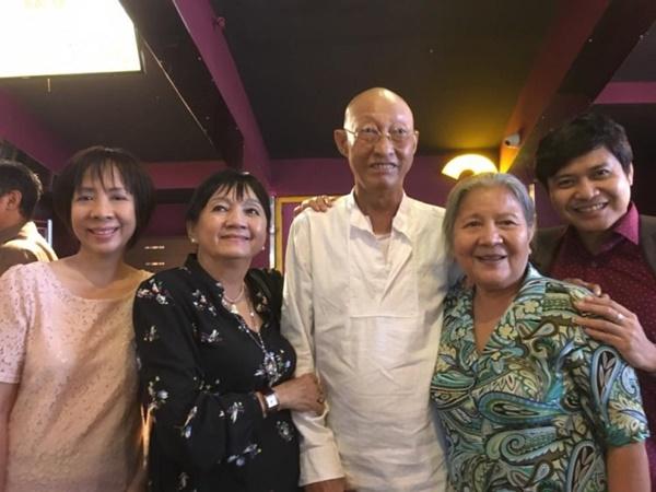Nghệ sĩ Lê Bình rạng rỡ đi xem phim cùng đồng nghiệp dù đang điều trị ung thư 2