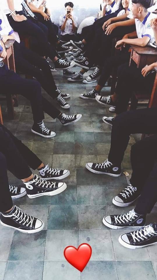 Bức ảnh chất nhất hôm nay: Khoe áo lớp xưa rồi, bây giờ trường người ta đã nâng tầm giày hiệu thế này cơ! 1